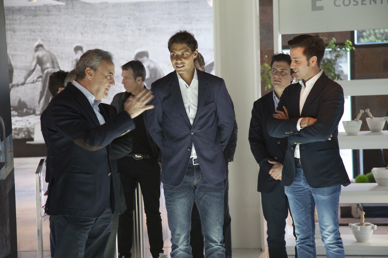 Rafael nadal visita las instalaciones de grupo cosentino for Grupo vips oficinas centrales