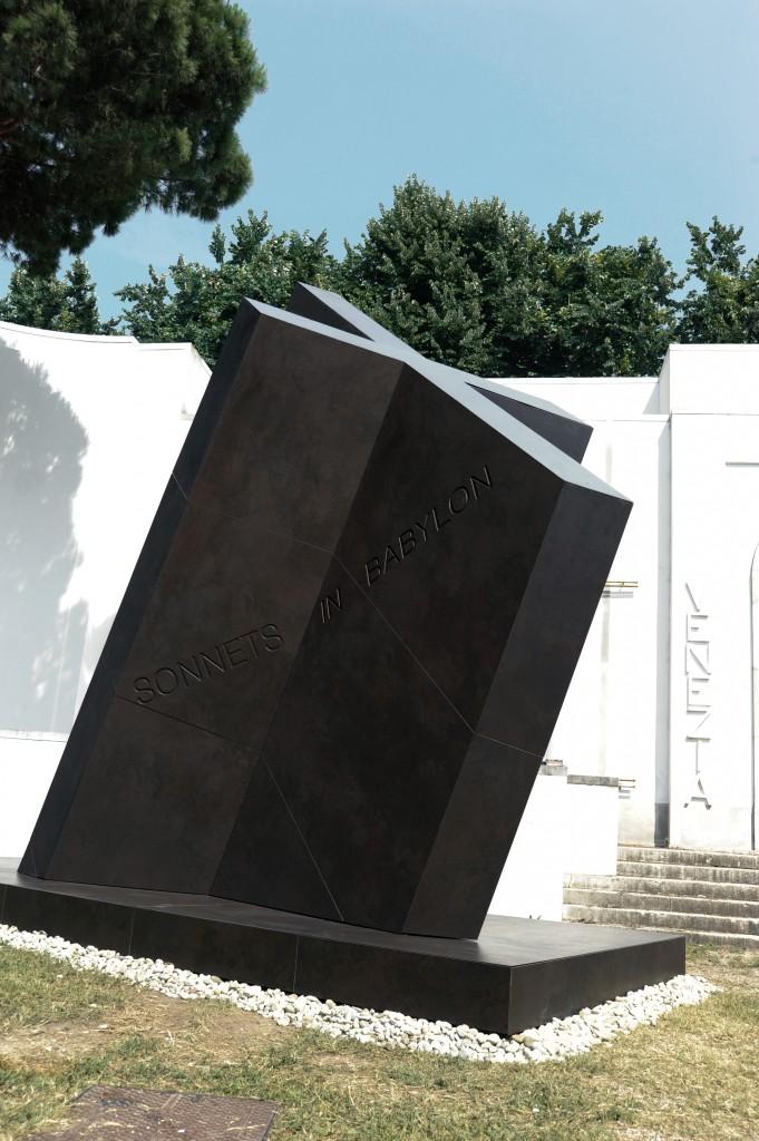 "Die Skulptur ""X"" aus Dekton in der Farbe Keranium"