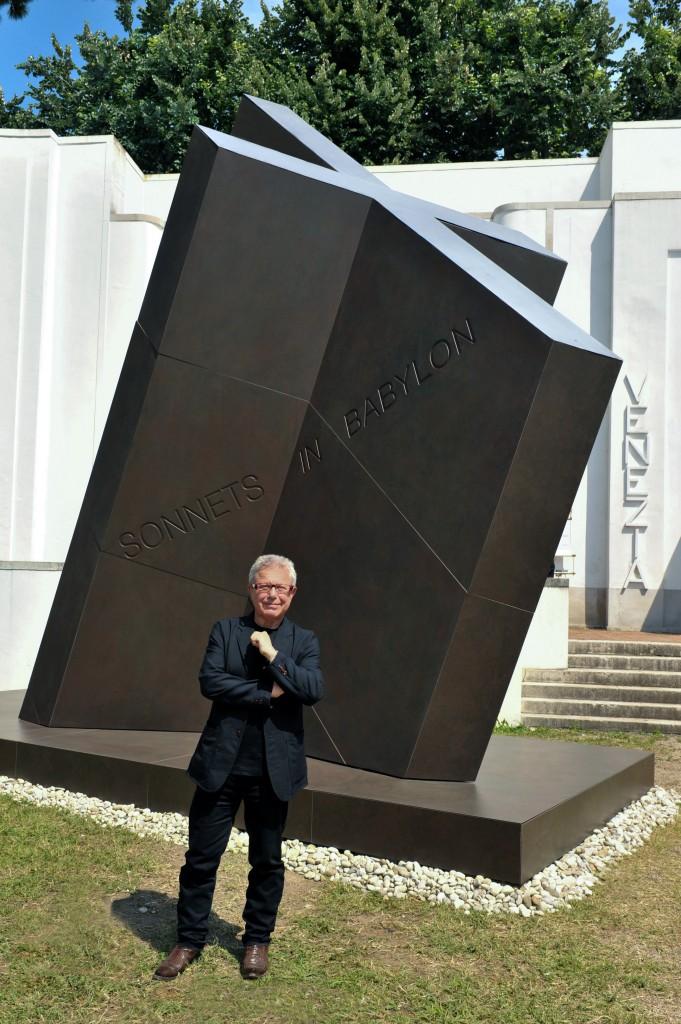 """Daniel Libeskind vor seiner Dekton-Skulptur """"X"""""""