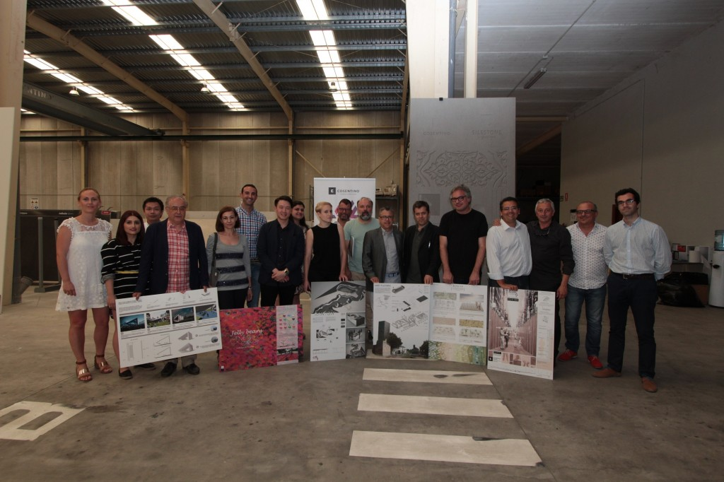 Jury mit Gewinner-Postern