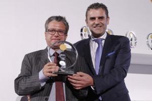 Marketingchef Santiago Alfonso (l.) nimmt den Preis entgegen