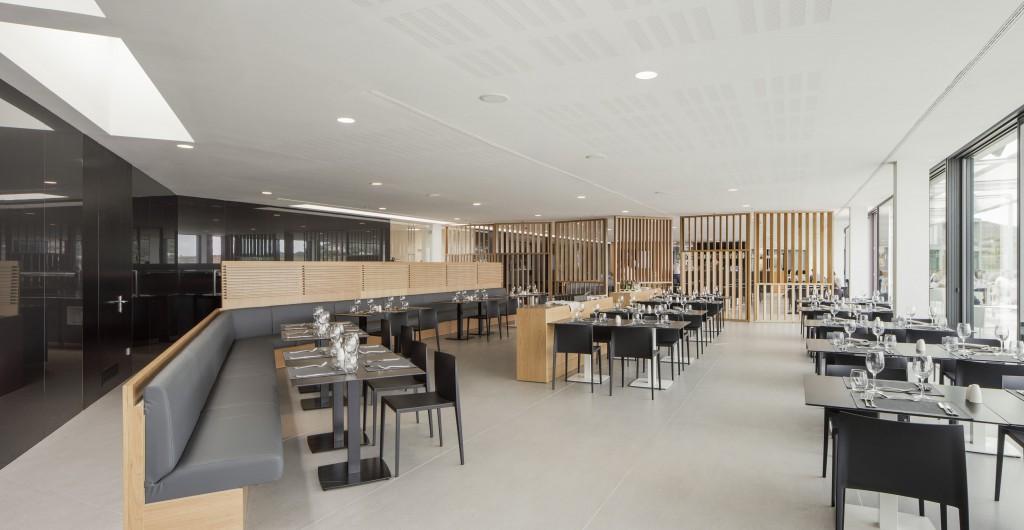 Restaurant der Rafa Nadal Academy. Boden aus Dekton Strato und die Wandverkleidung aus Dekton XGloss Spectra