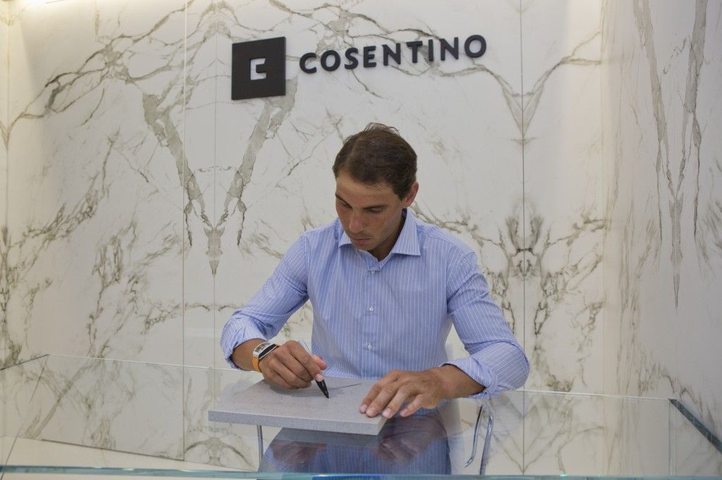 Rafael Nadal signiert eine Dektonplatte